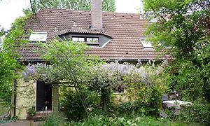 Haus im grünen Garten